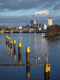 Bremen, Deutschland - Wasserkraftwerk in dem Fluss Weser mit Reihe von gelben festmachenden Posten im Vordergrund lizenzfreie stockfotografie