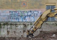 Bremen, Duitsland - Januari negenentwintigste, 2018 - Verlaten de bouwmuur met graffiti het zeggen royalty-vrije stock fotografie