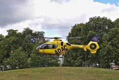 Bremen, Duitsland - Juli tiende, 2018 - de helikopter die van de Noodsituatieredding in een park opstijgen Royalty-vrije Stock Foto's