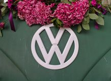 Bremen, Duitsland - Juli zeventiende, 2018 - Close-upfoto van de voorzijde van een groene bestelwagen van VW T3 met wit die VW-em Stock Fotografie