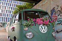 Bremen, Duitsland - Juli zeventiende, 2018 - de Groene bestelwagen van VW T3 met groot wit VW-embleem met moderne glasvoorgevel o Stock Foto