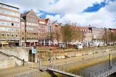 BREMEN, DUITSLAND - MAART 23, 2016: Embarktment van Weser-rivier in Bremen is zeer populair onder toeristen Royalty-vrije Stock Foto
