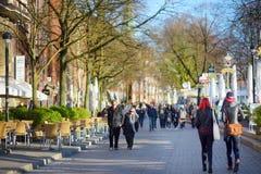 BREMEN, DUITSLAND - MAART 23, 2016: Embarktment van Weser-rivier in Bremen is zeer populair onder toeristen Royalty-vrije Stock Afbeelding