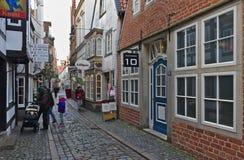 Bremen, Duitsland - November drieëntwintigste, 2017 - Smalle keistraat in het historische Schnoor-district met restaurants en win Royalty-vrije Stock Afbeelding
