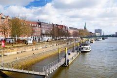 BREMEN NIEMCY, MARZEC, - 23, 2016: Statek przed historycznymi fasadami domy na bulwarze Weser rzeka w Bremen, Niemcy Obrazy Stock