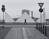 Bremen Tyskland - December 31st, 2018 - gataplats med den ensliga kvinnan som framme går på en trottoar av en stor vit skulptur royaltyfria bilder