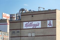 Bremen bremen/Tyskland - 12 07 18: kelloggsfabrikstecken på en byggnad i bremen Tyskland royaltyfria bilder