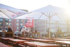 BREMEN TYSKLAND - MARS 23, 2016: Turist som har ett öl i en restaurang på en embarktment av den Weser floden Royaltyfria Foton
