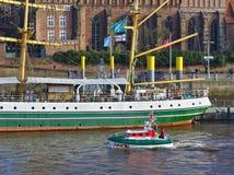 Bremen Tyskland - November 23rd, 2017 - livräddningsbåt Flinthörn som passerar seglingskeppet Alexander von Humboldt Arkivfoto