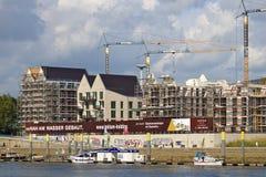 Bremen Tyskland - September 14th, 2017 - flodstrandkonstruktionsplats med kranar, delvis och fullständigt avslutade bostads- bygg arkivbild