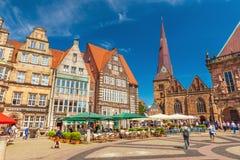 Bremen: Vista del cuadrado central de Bremen con arquitectura gótica tradicional, el café, los restaurantes y la gente que camina fotografía de archivo libre de regalías