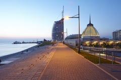 Bremerhaven (Tyskland) - strandpromenad i aftonen royaltyfri fotografi