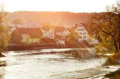 Bremgarten,小行政区阿尔高州,瑞士-罗伊斯统治者列表河和房子看法有倾斜的屋顶的在日落 库存照片