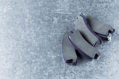 Bremsbeläge auf einem grauen Hintergrund stockfotos