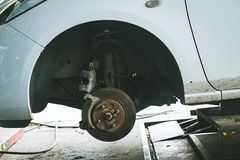 Bremse und Detail der Radnabe AutoBremsbeläge Scheibenbremsen auf Autos im Prozess des neuen Reifenersatzes lizenzfreies stockfoto