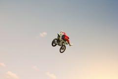 Bremsen Sie den Reiter, der eine Bremsung im Himmel tut Lizenzfreie Stockbilder