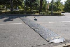 Bremsschwelle auf Stadtstraße Stockfotos
