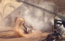 Bremsungs-Mann-Schuss mit Pfeil fällt auf mittelalterliche Filmkulisse Stockfotos