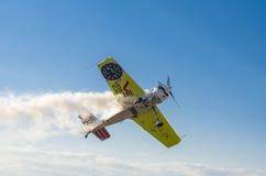 Bremsungsflugzeug in der Luft Stockfotografie