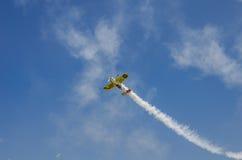 Bremsungsflugzeug in der Luft Stockfoto