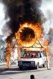 Bremsungsmann springt durch ein Gefäß des Feuers stockbild