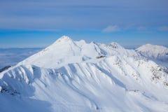 Breng in berg onder met sneeuw in de toevlucht Rosa Khutor Sochi wordt behandeld die van de bergski Stock Foto's