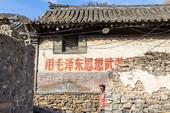 Breng 2014, Chuandixia, Hebei, China in de war: sommige slogans Van Mao van de culturele revolutie zijn nog zichtbaar op de muren stock fotografie