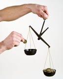 Breng het geld in evenwicht Stock Afbeeldingen