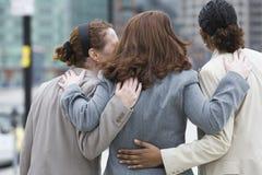 Breng mening van drie vrouwen groot die zich op een straat bevinden. royalty-vrije stock fotografie
