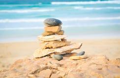 Breng uw het levensconcept met rotsen in evenwicht Stock Foto's
