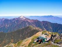 Breng voor trekkers op de bergheuvel onder op de manier aan MT Kitadake stock fotografie