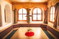 Brengt de chalet binnenlandse lijst met de berg van venster lichtstralen rel onder royalty-vrije stock foto