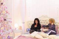 Brengt de vrienden geschikte pyjamapartij en tijd door samen, zittend o Stock Foto