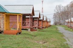 Brengt in het hout onder Een buitenhuis in het hout Het huis voor rust Huis van de toerist stock afbeelding