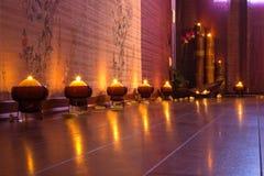 Brennen der Kerzen auf Fußboden im Raum Stockfotos