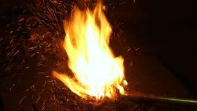 Brennen der Kohle in einem Hochofen, Heizung einer Metallstange Schmiede Ofen, Nahaufnahme stock footage
