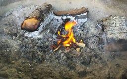 Brennen des Holzes lizenzfreie stockfotografie
