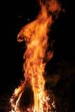 Brennen eines Feuers nachts Lizenzfreies Stockbild