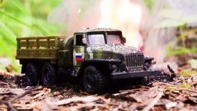 Brennen eines russischen Militärspielzeuglastwagens Nachahmung des unerwarteten Angriffs stock footage