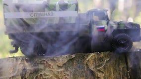 Brennen eines russischen Militärspielzeuglastwagens Nachahmung des unerwarteten Angriffs stock video footage
