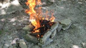 Brennen eines touristischen Feuers lizenzfreie stockfotografie