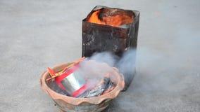 Brennen Sie Josspapiergold und -Silberpapier, wie das Opferangebot für zum Gott beten stock video