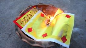 Brennen Sie Josspapiergold und -Silberpapier, wie das Opferangebot für zum Gott beten stock footage