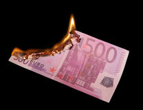 Brennen von fünfhundert Euro Stockfoto