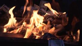 Brennen von hundert Dollarscheinzeitlupe stock footage