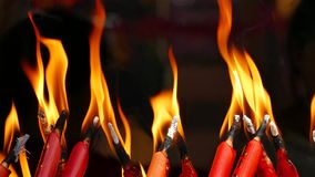 Brennen von roten Kerzen stock video