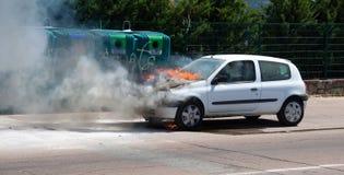 Brennende Autofrontbehälter Stockfoto