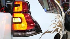 Brennende Autoscheinwerfer auf Stoßnahaufnahme stock video