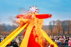 Brennende Bildnisse Straw Maslenitsa In Fire On der traditionelle Nationalfeiertag eingeweiht der Annäherung des Frühlinges - Stockfotografie