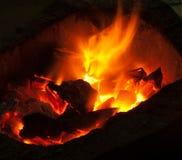 Brennende Billets im heißen Ofen stockfotos
